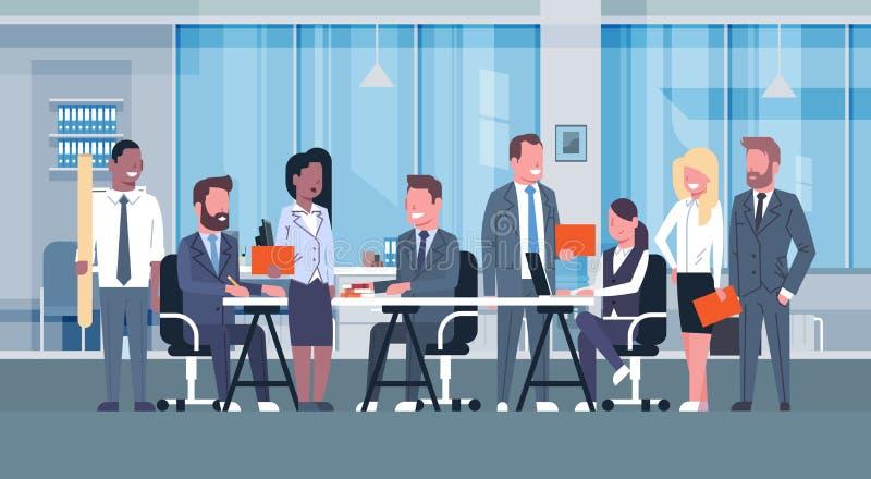 Affaires Team Brainstorming Meeting, groupe d'hommes d'affaires s'asseyant ensemble dans le bureau discutant de nouvelles idées c illustration de vecteur