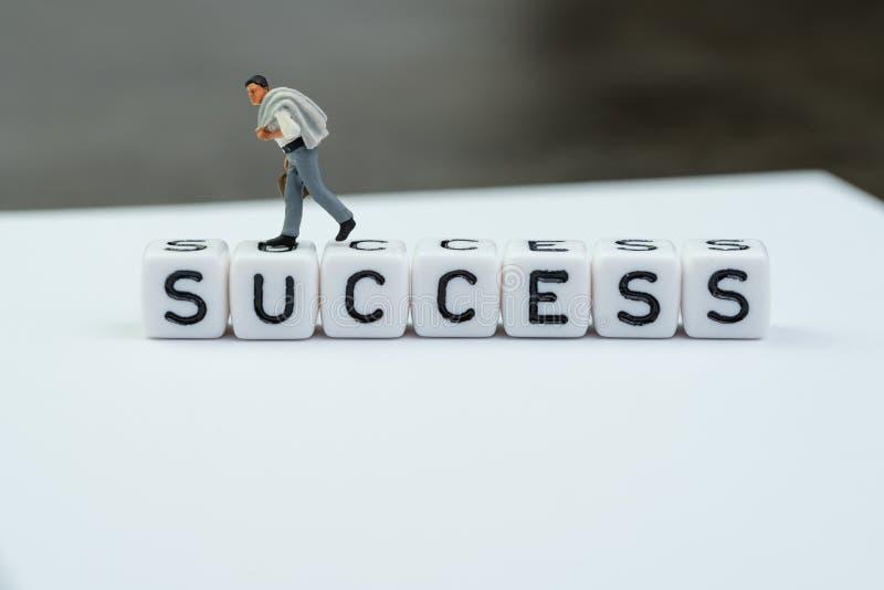 Affaires, travail ou concept de succès de développement de la vie professionnelle, homme d'affaires sûr de bureau de figure minia image libre de droits