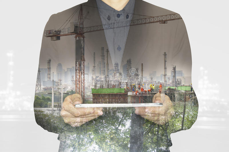 Affaires travaillant au comprimé Industrie verte d'usine de tecnology d'environnement de nature au concept photographie stock