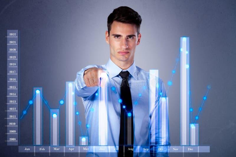 Affaires virtuelles émouvantes de diagramme d'homme d'affaires sur des élém. d'écran tactile image libre de droits