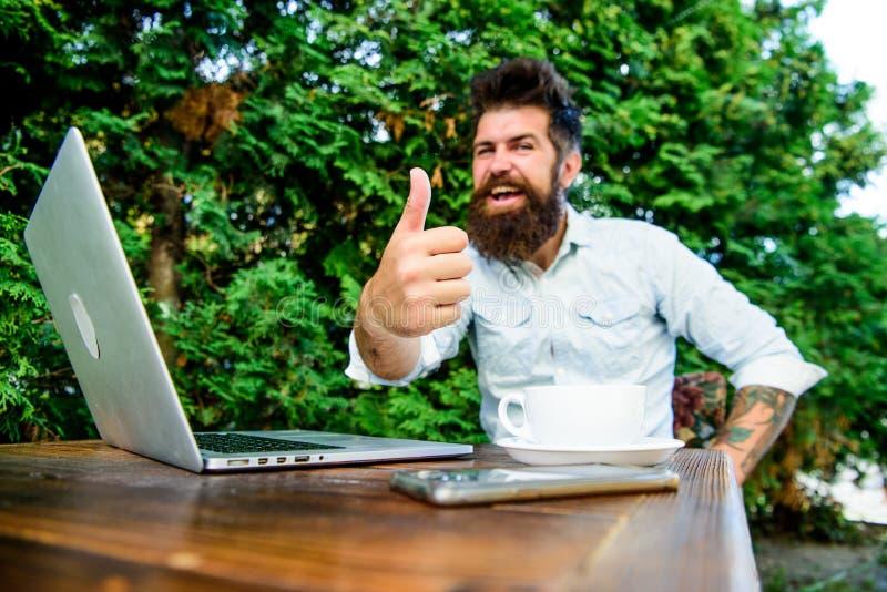 Affare agile Successo di affari Di impiegato Riuscito uomo d'affari Perfezioni l'affare Uomo felice che lavora al computer portat immagini stock
