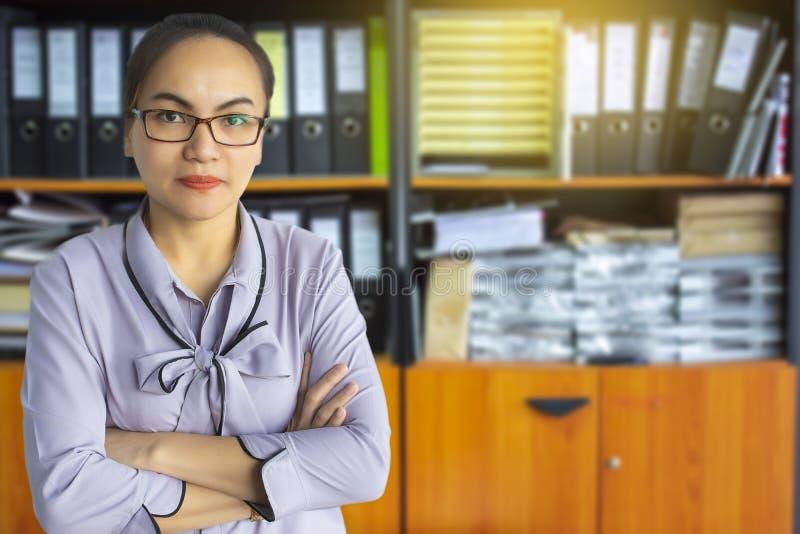 Affare asiatico della donna nel fondo confuso dell'ufficio immagine stock libera da diritti