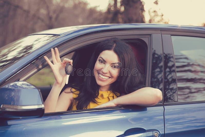 Affare automatico, vendita, concetto Donna felice che mostra nuova chiave dell'automobile fotografia stock