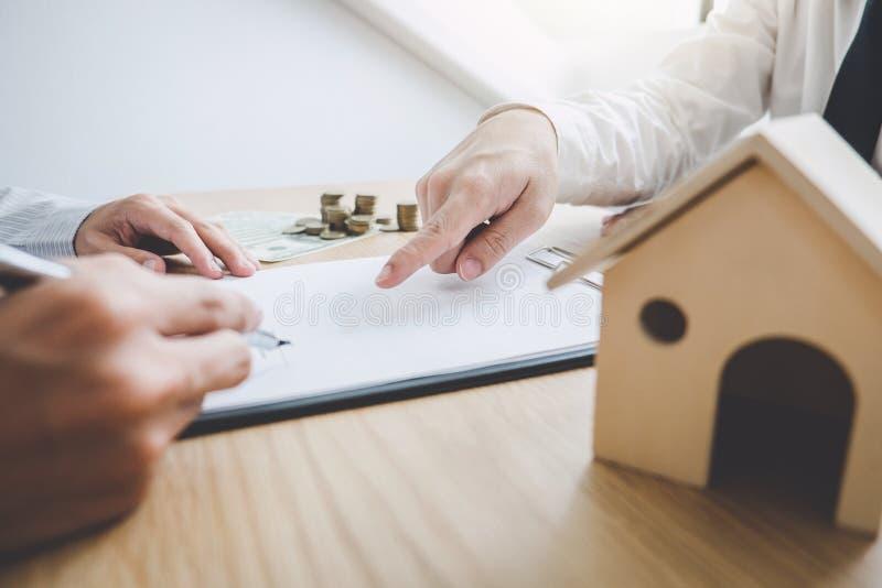Affare che firma una casa compra-vendita del contratto, agente di assicurazione immagine stock libera da diritti
