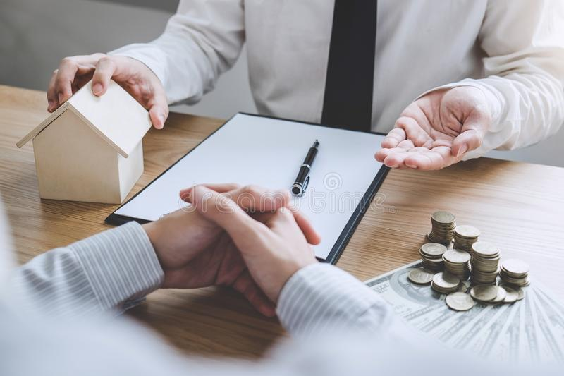 Affare che firma una casa compra-vendita del contratto, agente di assicurazione fotografia stock libera da diritti