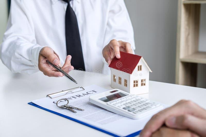 Affare che firma una casa compra-vendita del contratto, agente di assicurazione che analizza circa il concetto domestico di Real  fotografie stock libere da diritti