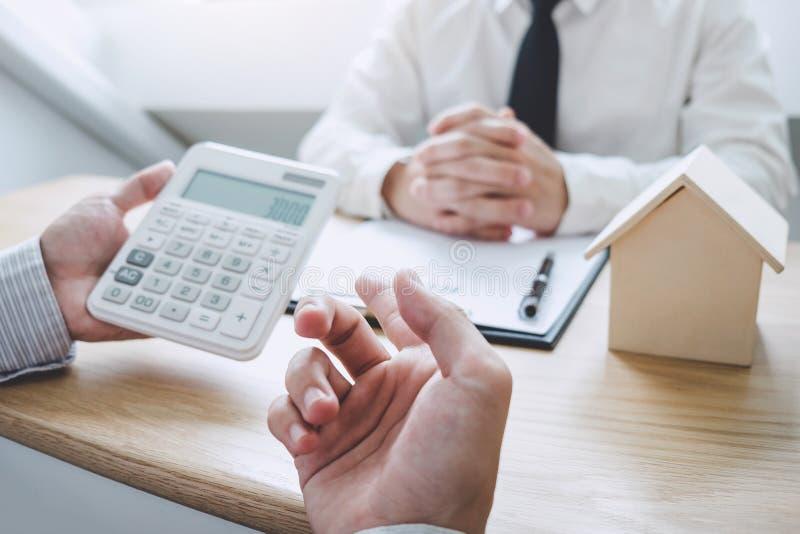 Affare che firma una casa compra-vendita del contratto, agente di assicurazione che analizza circa il credito per investimenti do fotografia stock libera da diritti