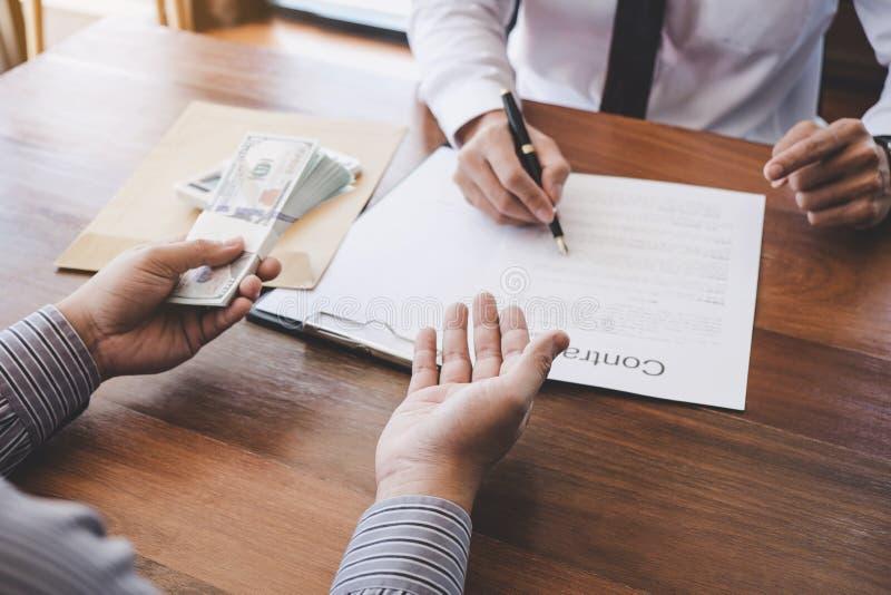 Affare che firma una casa compra-vendita del contratto, segno dell'uomo una casa dentro fotografie stock libere da diritti