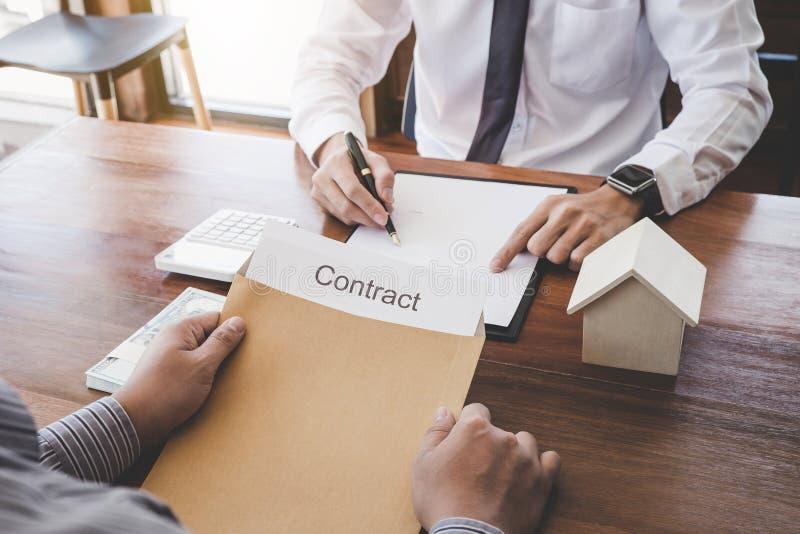Affare che firma una casa compra-vendita del contratto, segno dell'uomo una polizza d'assicurazione domestica sui prestiti immobi immagini stock libere da diritti
