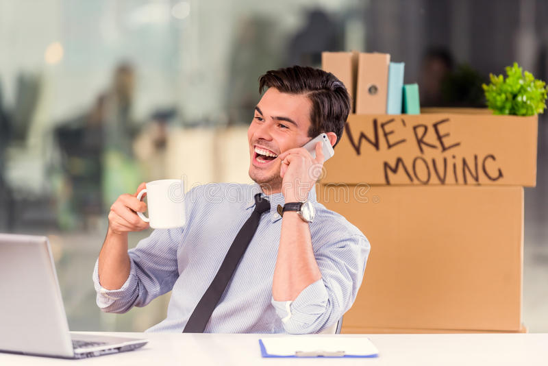 Affare che si muove nell'ufficio immagini stock