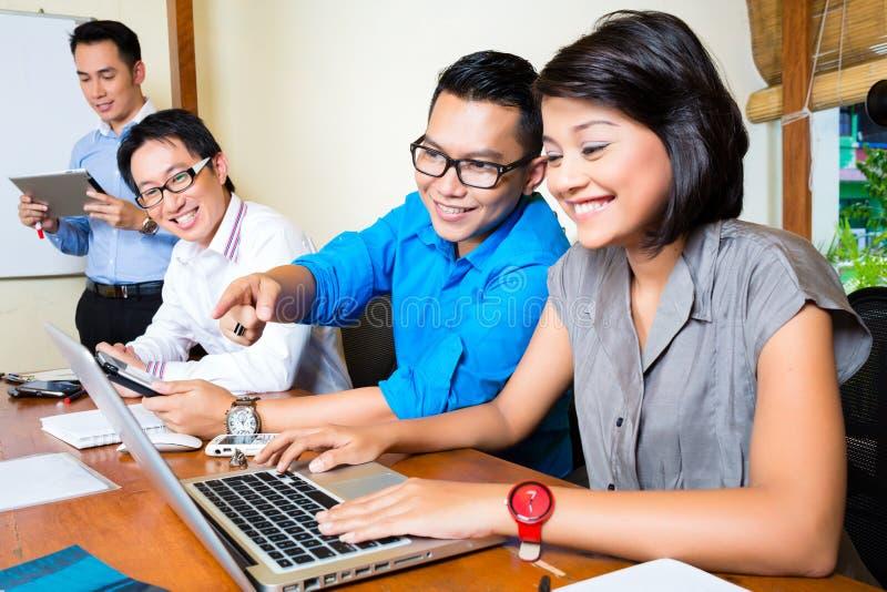 Affare creativo Asia - Team Meeting in ufficio immagini stock libere da diritti