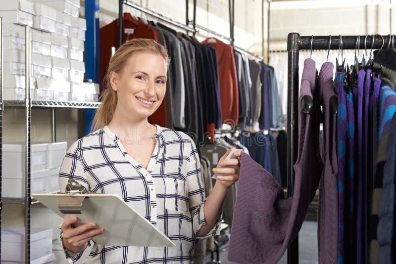 Download Affare Di Modo Di Running On Line Della Donna Di Affari Fotografia Stock - Immagine di businesswoman, proprietario: 55361474