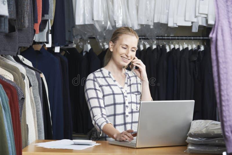 Affare di modo di Running On Line della donna di affari sul telefono fotografie stock