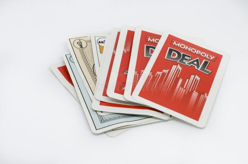 Affare di monopolio dei giochi con le carte isolato su un fondo bianco fotografia stock libera da diritti