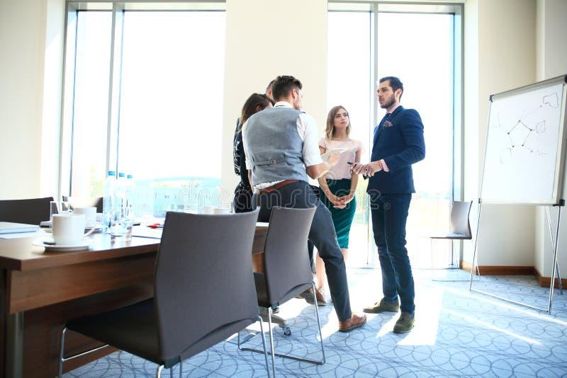 Affare e concetto dell'ufficio - gruppo felice di affari in ufficio fotografie stock libere da diritti