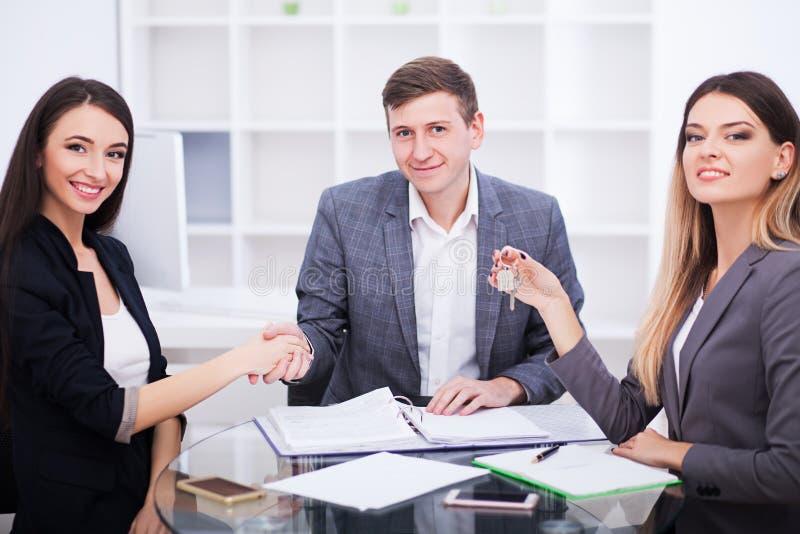 Affare e concetto dell'ufficio - gruppo felice di affari in ufficio immagine stock libera da diritti