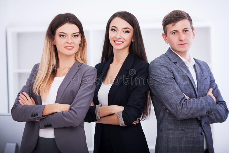 Affare e concetto dell'ufficio - gruppo felice di affari in ufficio fotografia stock