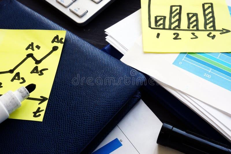 Affare e strategie di marketing Rapporti con i grafici finanziari sulla scrivania immagini stock
