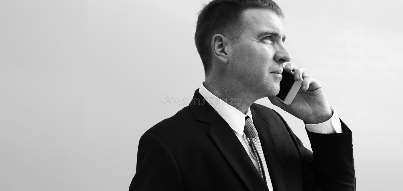 Affare facendo uso del lavoro occupato di discussione del telefono fotografia stock