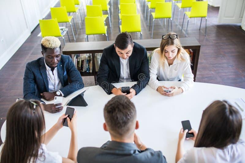 Affare, la gente e concetto di tecnologia - vicino su del gruppo creativo con i computer del pc della compressa e del computer po immagine stock libera da diritti