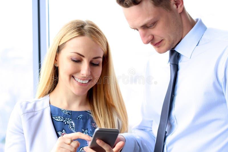 Affare, lavoro di squadra, la gente e concetto di tecnologia - peo di affari immagine stock