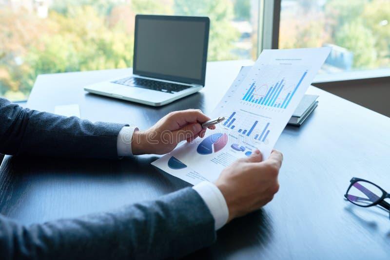 Affare Person Analyzing Statistics Report fotografie stock libere da diritti