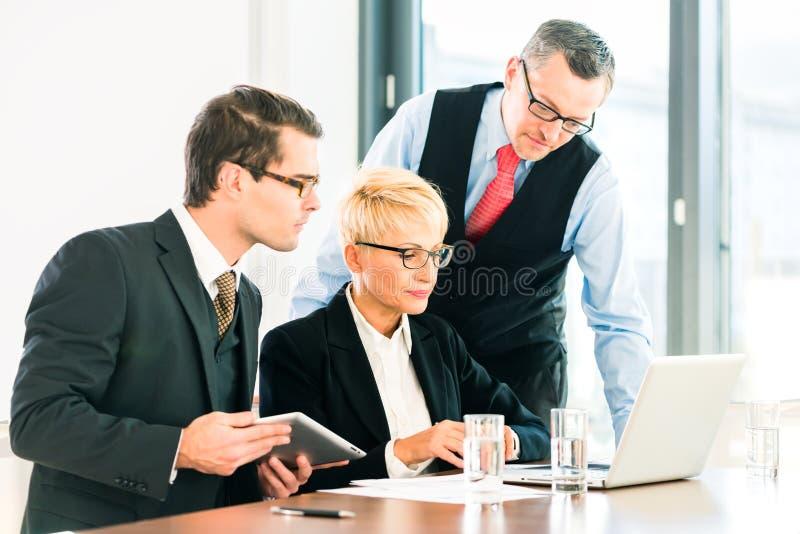 Affare - riunione nell'ufficio, la gente che lavora con il documento fotografie stock libere da diritti