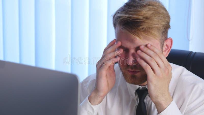 Affare stanco e sovraccarico Person Taking Pills Suffering una grande emicrania immagine stock