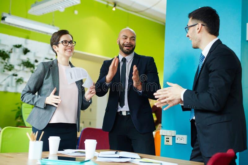 Affare Team Celebrating Successful Deal immagini stock libere da diritti