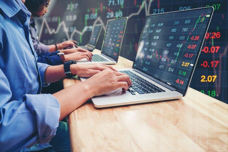 Affare Team Investment Entrepreneur Trading che lavora al computer portatile fotografia stock libera da diritti