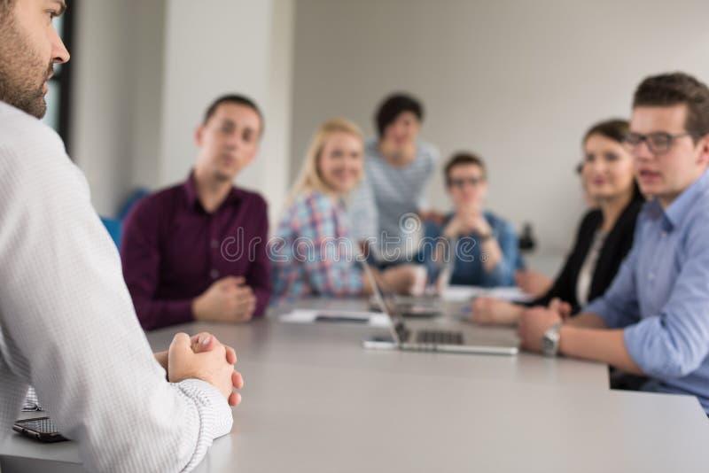 Affare Team At una riunione all'edificio per uffici moderno immagini stock libere da diritti