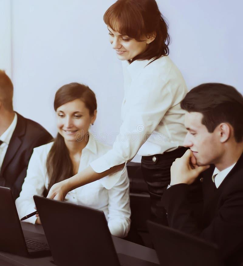 Affare, tecnologia e concetto dell'ufficio - gruppo sorridente fotografie stock libere da diritti