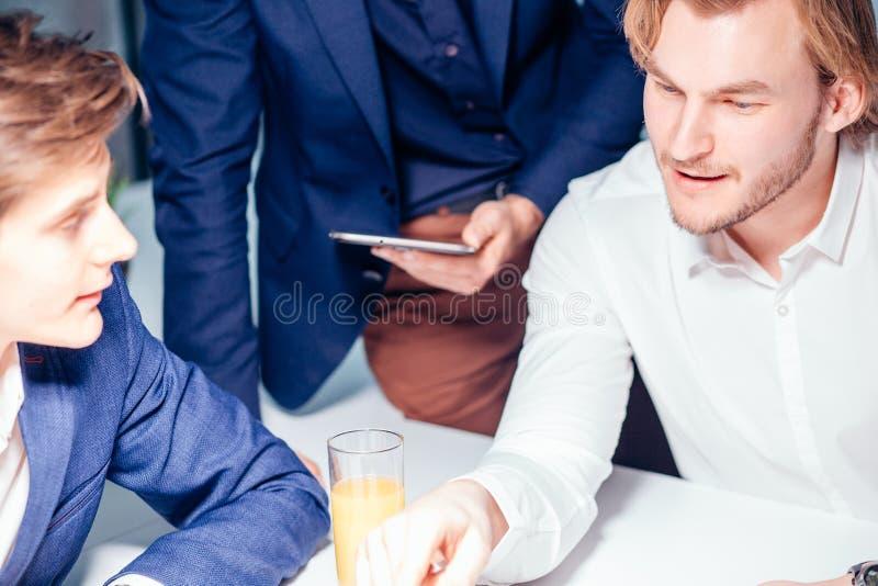 Affare, tecnologia e concetto dell'ufficio - il capo sorridente che parla con affare team fotografia stock libera da diritti