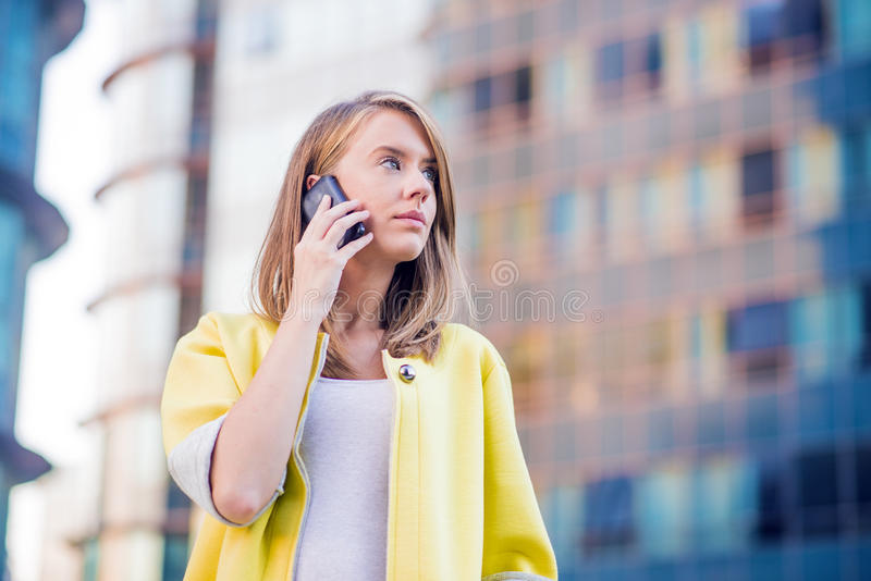 Affare, tecnologia e concetto della gente - donna di affari seria immagini stock libere da diritti