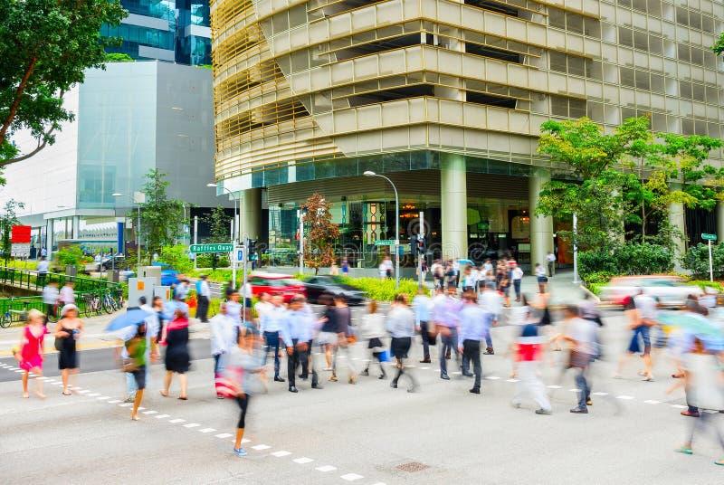 Affare trasversale Singapore della strada della gente immagine stock