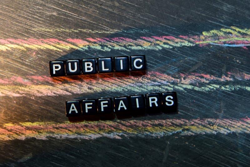Affari pubblici sui blocchi di legno Immagine elaborata trasversale con il fondo della lavagna fotografie stock libere da diritti