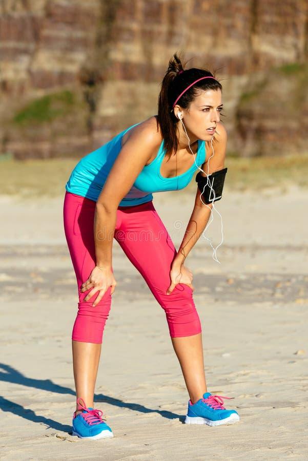Affaticamento femminile del corridore su addestramento immagine stock
