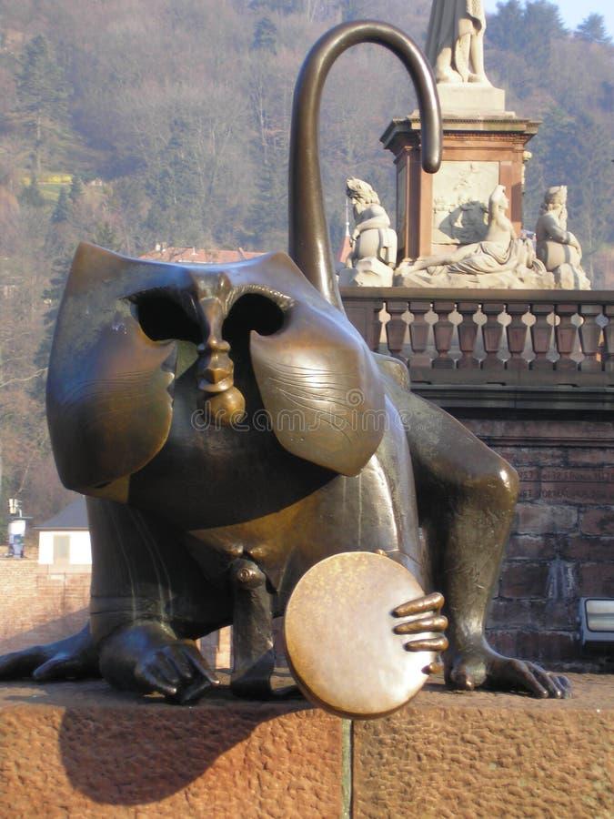 Affe an der alten Brücke stockbild