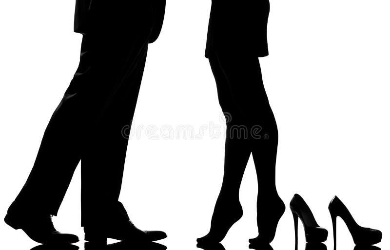 Affectez les amoureux d'homme et de femme de couples de pieds de pattes photographie stock libre de droits