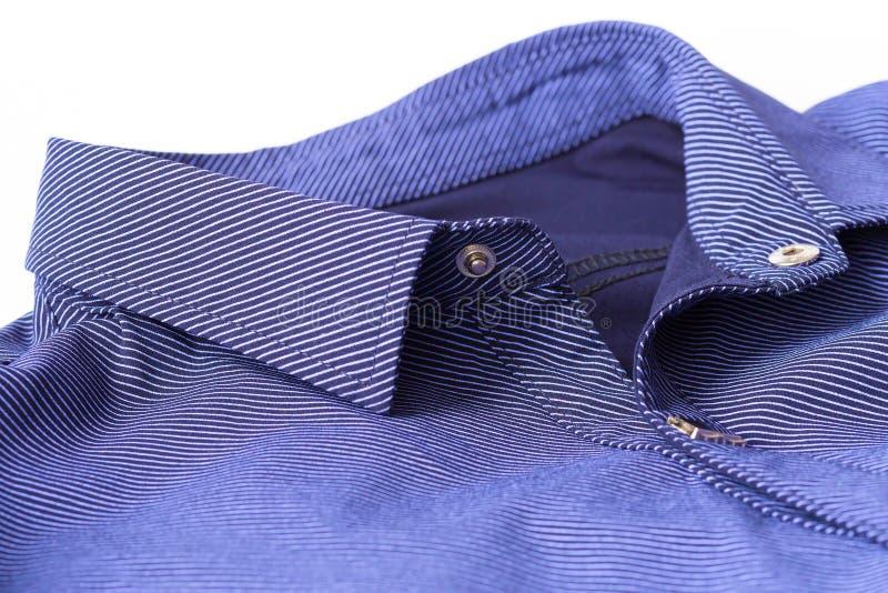Afferri il bottone sulla camicia del ` s di cman fotografie stock