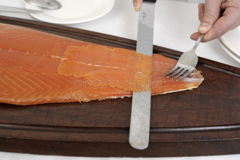 Affettatura del salmone affumicato immagini stock libere da diritti