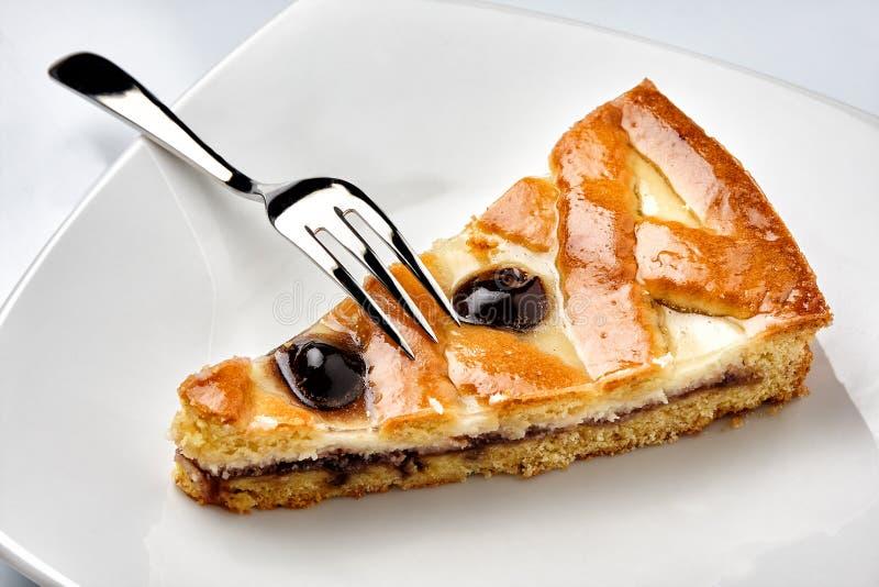 Affetti la forcella del dolce del piatto dell'amarena di ricotta della torta fotografie stock libere da diritti
