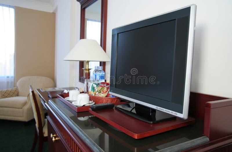 Affichage à cristaux liquides TV dans la chambre d'hôtel image stock