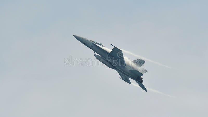 Affichage acrobatique aérien de vol par le frelon F-18 de l'Armée de l'Air d'Australien royal (RAAF) à Singapour Airshow photographie stock