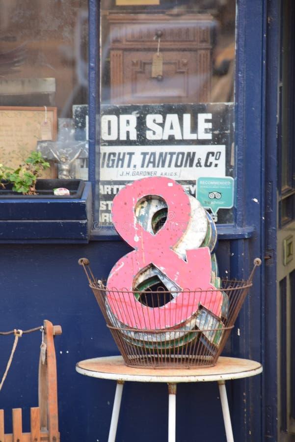 Affichage architectural Margate R-U de magasin de récupération et signes de signage en dehors de magasin image libre de droits