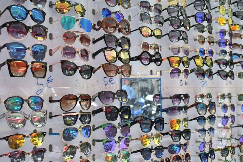 Affichage bon marché de lunettes de soleil image stock