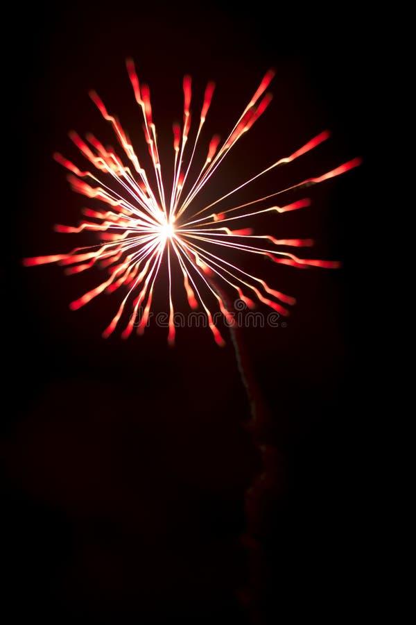 Affichage coloré d'explosion de feux d'artifice la nuit de célébration de festival photographie stock