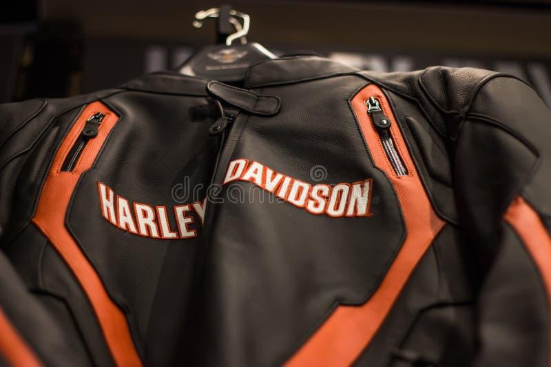 Affichage d'habillement de Harley Davidson dans la salle d'exposition images libres de droits