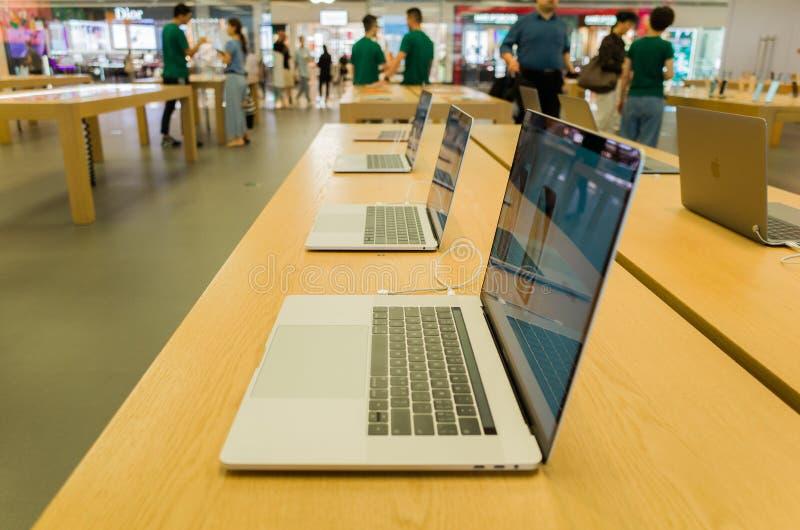 Affichage d'ordinateur dans le magasin de d?tail d'Apple photographie stock libre de droits
