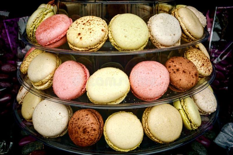 Affichage de biscuits de confection de macaron dans la boutique de pâtisserie photos libres de droits